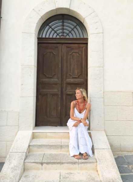 how to style a white long dress in summer in the countryside